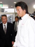 ロッテ・瀬戸山隆三球団社長(左)を出迎える長野久義の表情は複雑