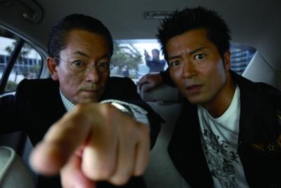 事件を追う特命係の杉下右京(左=水谷豊)と亀山薫(寺脇康文)