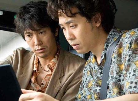 探偵の北沢(左)と教師の神野