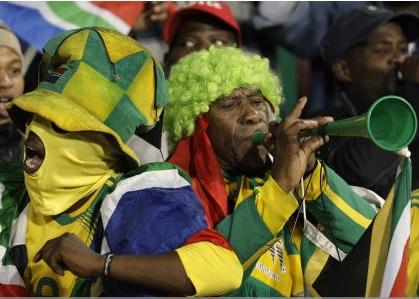 ブブゼラで応援する南アフリカのサポーター