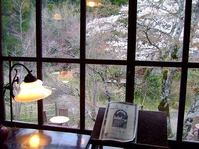 金鱗湖畔の喫茶店で
