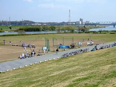 江戸川の河川敷にある野球場