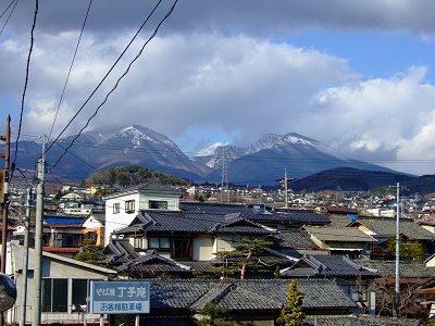 丁子庵裏の坂から見た「浅間連山」