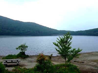 小沼の湖畔