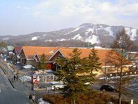 軽井沢駅からアウトレットモールを望む