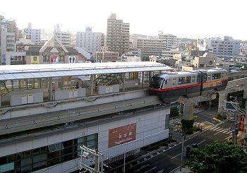 翌朝、ホテルの窓から「ゆいレール」牧志駅を撮影