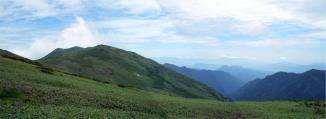 平標山の家へ下山途中の仙ノ倉山方面