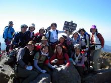 日光白根山の山頂で記念撮影