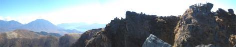 白根山山頂(右)から男体山へのパノラマ