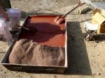 セメントに色粉を加えて水を入れたところ