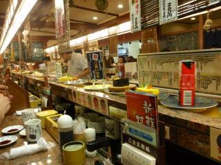 回転寿司「花まる」の店内