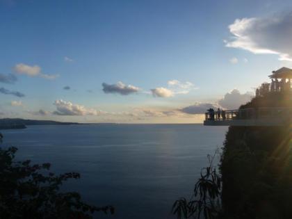 恋人岬から海を見下ろす