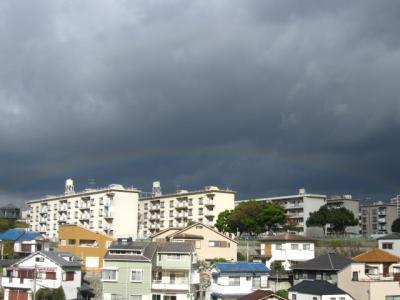 重い雲と虹