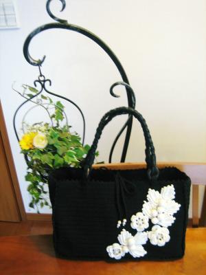 フラワーモチーフの黒いニットバッグ01