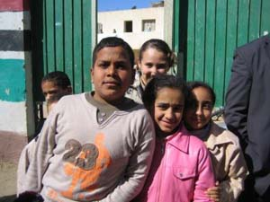 「写真撮って~」と学校の外まで追いかけてきた子供たち。小学校にて_sm