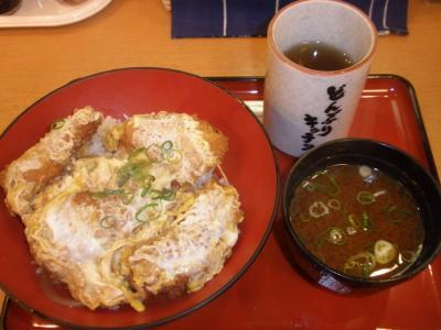 ホワイティ梅田どんぶりキッチンかつ丼、味噌汁550円