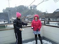 雪遊び、ナナとあっちゃん。