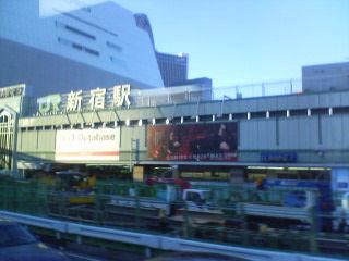 連休中の新宿駅