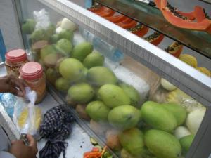 道端でフルーツ売ってました