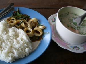 BLUE STAR 近所の食べ物屋さん イカ炒めとココナッツスープ