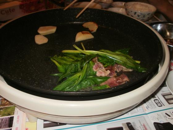 行者ニンニクと味付けラム肉を絡めるように炒めていきます