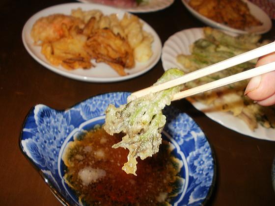 タランボの芽の天ぷらから頂きます。溜息が出るくらい極上です。