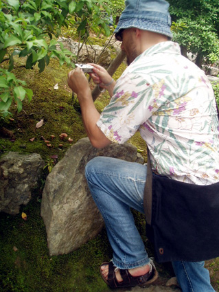 キノコを撮るダーさん