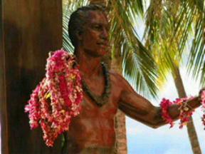 Waikikiデュークカハナモク像