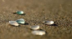 波打ち際でよく見かける、カラフルなガラス(シーグラス)のように見えませんか?