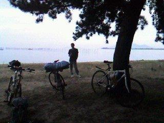 琵琶湖をバックに荷物満載で佇む愛車達