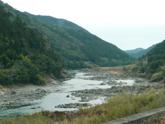 那賀川を横目にドライブ