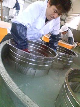 中里さん米洗い