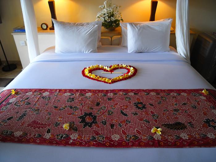 ベッドにハートの花