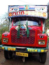 インドのTATA製トラック、どのデザインもカラフルで良い