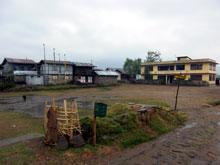 村の中心部、学校が2つあるから結構人は集まる ここでサッカーなんかも