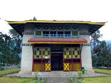 最古の寺も、静かに門を閉ざして・・