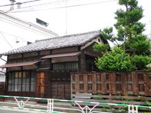 ビルばかり建ち並ぶなかで日本家屋は異質