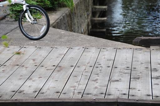 高瀬川にかかる木橋