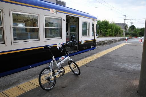電車に並ぶ自転車