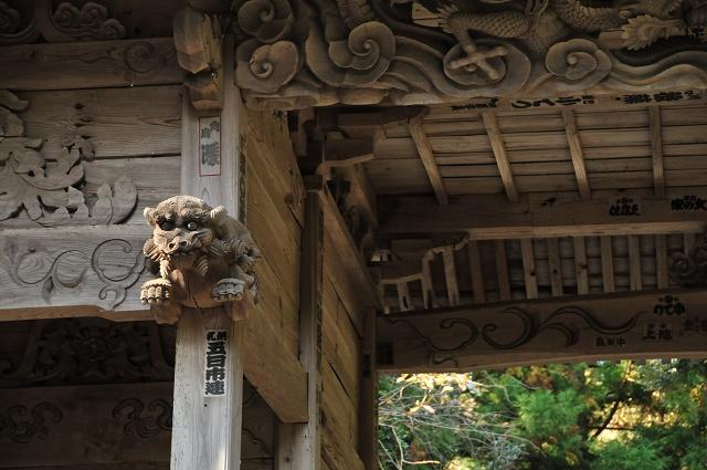 門には木彫りの彫刻