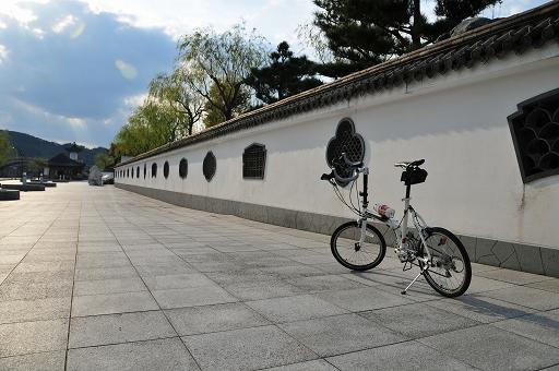桃源郷は白壁で囲まれている