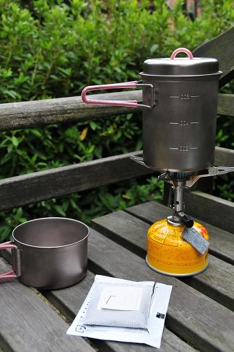 まずはナベでお湯を沸かす