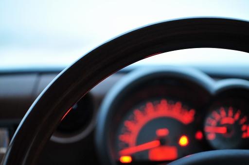 車の中でじっと待つ