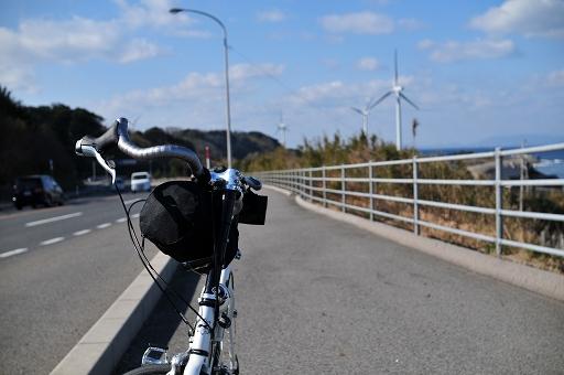 9号線沿いから風車を望む