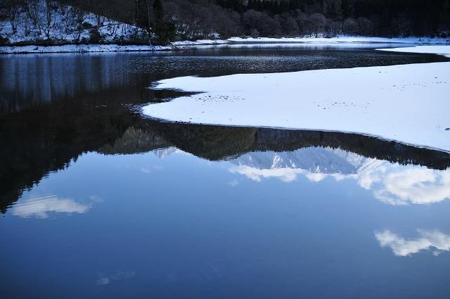 池面に映る北壁