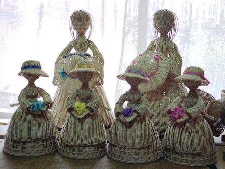 籐手芸 花を持つラタンドール&帽子を持つ人形