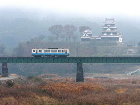 大洲城と普通列車・キハ32形