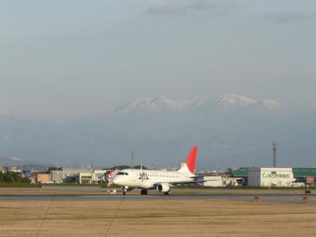 松山空港 エンブラエル170 (2)
