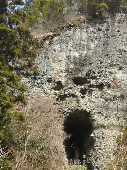 古岩屋 礫岩峰の中の不動明王