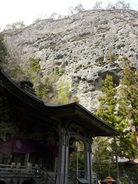 岩屋寺 2  大師堂と礫岩峰